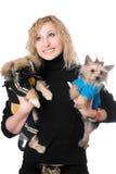 Porträt des Lächelns recht blond mit zwei Hunden Stockfotografie