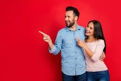 Porträt des Lächelns, umfassend, aufgeregte, attraktive Paare zeigen Stockfoto