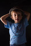 Porträt des lachenden Jungen auf grauem Hintergrund Lizenzfreies Stockfoto