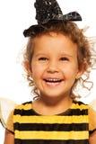 Porträt des lachenden Mädchens in gestreiftem Bienenkostüm Lizenzfreies Stockbild