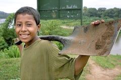 Porträt des Lachens des indischen Jungen mit Spaten, Nicaragua Lizenzfreies Stockfoto