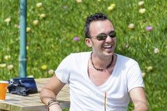 Porträt des Lachens des jungen Mannes im Freien Lizenzfreies Stockbild