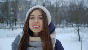 Porträt des Lachens des jungen Mädchens im warmen Winter kleidet im Park im Winter stock footage