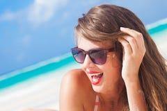 Porträt des langhaarigen Mädchens im Bikini auf tropischem Stockfotos