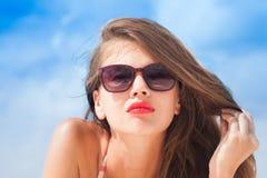 Porträt des langhaarigen Mädchens im Bikini auf tropischen Barbados setzen auf den Strand Lizenzfreie Stockfotos
