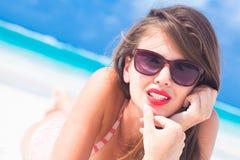 Porträt des langhaarigen Mädchens im Bikini auf tropischen Barbados setzen auf den Strand Lizenzfreies Stockfoto