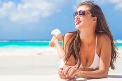 Porträt des langhaarigen Mädchens im Bikini, der rote Lippen auf tropischen Barbados trägt, setzen auf den Strand Lizenzfreie Stockfotos