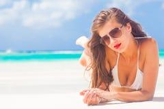 Porträt des langhaarigen Mädchens im Bikini, der rote Lippen auf tropischen Barbados trägt, setzen auf den Strand Lizenzfreie Stockbilder