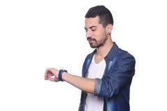 Porträt des lateinischen Mannes seine Uhr betrachtend Lizenzfreie Stockfotos