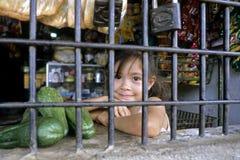 Porträt des Latinomädchens hinter den Stangen des Speichers stockfotos