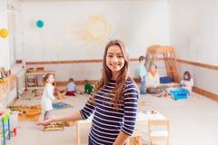 Porträt des Lehrers in einem Waldorf-Kindergarten lizenzfreies stockbild