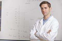 Porträt des Lehrers für Wissenschaft Standing In Front Of Whitebaord Stockbild
