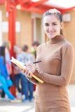 Porträt des Lehrers Standing In Playground mit Ordner Stockbild