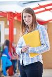 Porträt des Lehrers Standing In Playground mit Ordner Lizenzfreies Stockbild