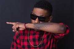 Porträt des lokalisierten Hintergrundes Hip-Hop Afroamerikaners Tänzer Stockfotos