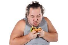 Porträt des lustigen fetten Fleisch fressenden Schnellimbissburgers lokalisiert auf weißem Hintergrund lizenzfreie stockfotografie