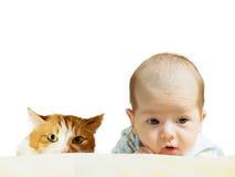 Porträt des lustigen kaukasischen neugeborenen Kleinkindbabys des Gesichtes mit der roten Katze lokalisiert auf Weiß Stockbilder