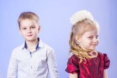 Porträt des lustigen kleinen Jungen und des Mädchens Stockfotografie