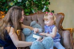 Porträt des lustigen kleinen Mädchens und ihrer Mutter zu Hause Stockbilder