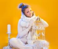 Porträt des lustigen Mädchens in einer Weihnachtsklage mit Zelle in der Hand an stockfoto