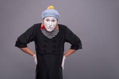 Porträt des lustigen männlichen Pantomimen mit grauem Hut und Lizenzfreie Stockbilder