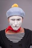 Porträt des lustigen männlichen Pantomimen mit grauem Hut und Stockbild