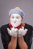 Porträt des lustigen männlichen Pantomimen mit grauem Hut und Stockfotografie
