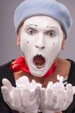 Porträt des lustigen männlichen Pantomimen mit grauem Hut und Stockfotos