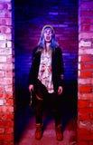 Porträt des lustigen Zombiemädchens in Halloween-Zeit mit Hammer Lizenzfreie Stockfotografie