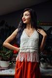 Porträt des Mädchennahaufnahmelebensstils, tragende modische gestrickte Wollböhmische Art, Hippiechic, Zigeunermode Stockfotografie