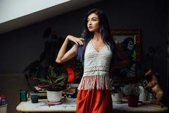 Porträt des Mädchennahaufnahmelebensstils, tragende modische gestrickte Wollböhmische Art, Hippiechic, Zigeunermode Lizenzfreie Stockfotografie