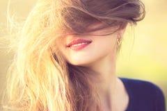 Porträt des Mädchens auf Natur, Frau bedeckt ihr Gesicht mit dem Haar lizenzfreie stockfotos