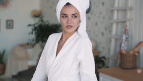 Porträt des Mädchens im Bademantel, mit Tuch auf Kopf trinkt Kaffee oder Tee, Zeitlupe stock video footage