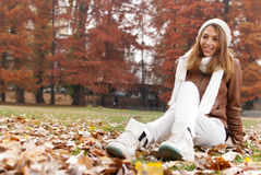 Porträt des Mädchens im Herbst Stockbild