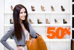 Porträt des Mädchens im Shop mit 50% Verkauf Stockfotografie