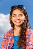 Porträt des Mädchens mit dem langem Haar und Sonnenbrille Lizenzfreies Stockfoto