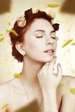 Porträt des Mädchens mit den fallenden Blumenblättern Stockbild