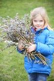 Porträt des Mädchens mit einer Niederlassung der Pussyweide Salix Ostern-Traditionen Stockfotografie