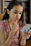 Kleines Mädchen, das stumm schaut Lizenzfreie Stockfotos