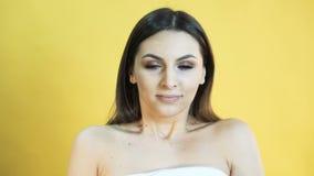 Porträt des Mädchens mit Gefühl des Schreiens auf gelbem Hintergrund in 4K stock footage
