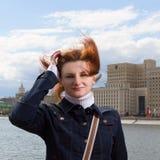 Porträt des Mädchens mit Haarfliegen auf dem Damm des Mosco Lizenzfreie Stockfotografie