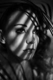 Porträt des Mädchens mit Schatten auf ihrem Gesicht Lizenzfreie Stockbilder