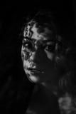 Porträt des Mädchens mit Schatten auf ihrem Gesicht Lizenzfreie Stockfotografie