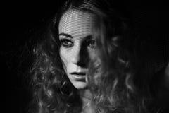 Porträt des Mädchens mit Schatten auf ihrem Gesicht Stockfotografie