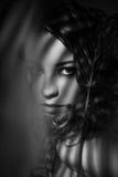 Porträt des Mädchens mit Schatten auf ihrem Gesicht Stockbild
