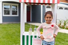 Porträt des Mädchens selbst gemachten Limonadestand laufen lassend lizenzfreies stockfoto