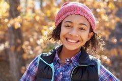 Porträt des Mädchens spielend in Autumn Woods stockbilder