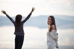 Porträt des Mädchens und der schönen jungen Frau betrachtete Meer Stockfoto