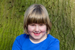 Porträt des Mädchens vor Eichenstamm mit Barke Lizenzfreies Stockfoto