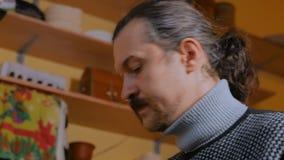 Porträt des männlichen Abdeckers stock video